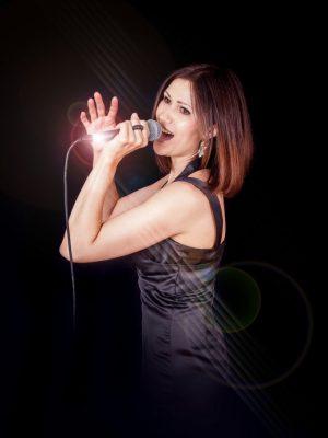 Irina - Moderatorin / Sängerin